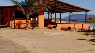 Dois quiosques estão interditados na Praia do Forte em Cabo Frio, no RJ - Assista a seguir.