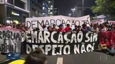Índios Guarani invadem prédio onde fica o escritório da presidência da república - O vão do Masp, na Avenida Paulista, está tomado por manifestantes neste momento. São índios da etnia Guarani, que protestam contra um decreto da presidência da república, que reduziu a área da reserva onde eles vivem em 99%.