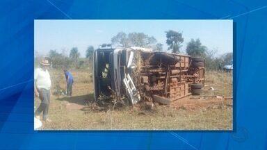 Ônibus tomba e 13 pessoas ficam feridas em rodovia de MS - O pneu estourou e motorista perdeu o controle da direção, segundo a Polícia Militar. Vítimas foram levadas para UPA em Nioaque sem ferimentos graves.