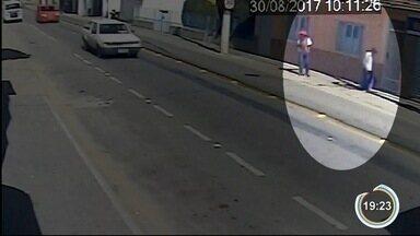 Quatro criminosos fazem clientes reféns nos Correios em Canas - Ao menos dez pessoas estavam no local. Ninguém ficou ferido.
