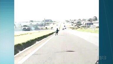 Garoto que atravessou a PR-151 atrás de pipa conversa com equipe de reportagem - Mãe diz que o menino não costuma brincar na estrada