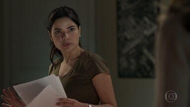 Antônia promete ajudar Luíza na investigação do acidente de Mirella - A inspetora diz que vai analisar o processo para tentar entender o que aconteceu