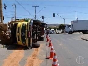 Caminhão tomba após tentar conversão em avenida em Montes Claros - Veículo estava com materiais recicláveis.