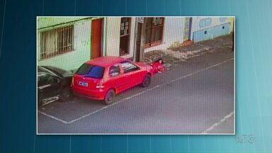 Carro desgovernado bate em veículo estacionado e quase atropela mulheres - Caso aconteceu hoje cedo, no Centro de Ponta Grossa.