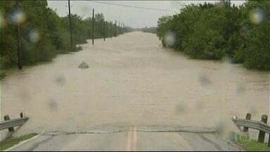 Chuva que atingiu Texas é a maior em 60 anos nos EUA - Tempestade tropical Harvey provocou estragos também na Louisiana. Muitos locais estão isolados pelas águas e número de mortos chega a 30.