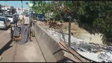 Lixo despejado por moradores no Córrego Tanquinho causa danos ao meio ambiente - Prefeitura diz que vai enviar equipe ao local para fazer a limpeza.