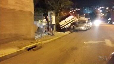 Motorista embriagado é preso depois de se envolver em acidente - Com a força do impacto, ele chegou a subir em cima de um veículo que estava estacionado