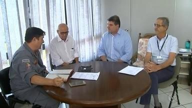 Prefeitura de Bauru faz reunião para discutir a suspensão da taxa dos bombeiros - O prefeito de Bauru, Clodoaldo Gazzetta, realizou reunião nesta quinta-feira (31) para discutir a suspensão da taxa dos bombeiros, cobrada até então junto com o IPTU.