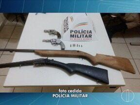 Polícia apreende armas durante cumprimento de mandado de busca e apreensão em Taiobeiras - Material foi encontrado em uma casa e os moradores informaram que as armas era de um familiar já falecido, que trabalhava com a fabricação.