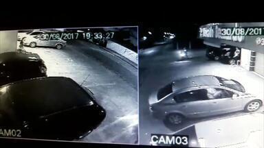 Câmera de segurança flagra suspeitos abordando Policial Militar em Joinville - Câmera de segurança flagra suspeitos abordando Policial Militar em Joinville