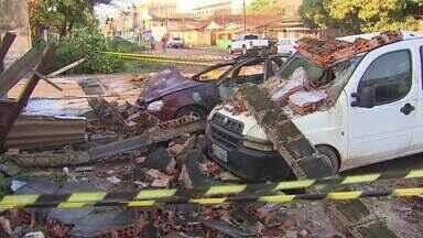 Chuva com ventania derruba muros e árvores no Centro de Santana - Foram 12 ocorrências e destas, 8 árvores caíram sobre muros e casas na noite de quarta-feira (30).