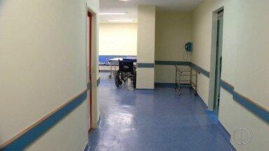 Funcionários do Hospital Raul Sertã não concordam com abertura de investigação policial - Investigação é para apurar arranhões no piso da unidade.