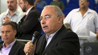 Vereador de Sorocaba sugere oferta de cargos por apoio à prefeita - O vereador Irineu Toledo (PRB), de Sorocaba (SP), sugeriu na sessão ordinária realizada nesta quinta-feira (31) que cargos estariam sendo oferecidos em troca de apoio à prefeita Jaqueline Coutinho (PTB).
