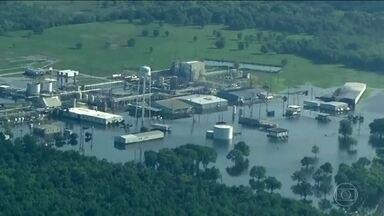 Harvey: incêndio em fábrica alagada no Texas lança fumaça tóxica no ar - Todos os acessos à fábrica foram bloqueados. Em Port Arthur, 50 mil moradores estão ilhados, presos em casas alagadas.
