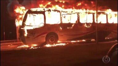 Ônibus com grupo de estudantes é incendiado em Itajaí, Santa Catarina - O veículo com cerca de 40 passageiros foi abordado pelos criminosos perto de uma universidade. Os bandidos renderam o motorista e atearam fogo no veículo.