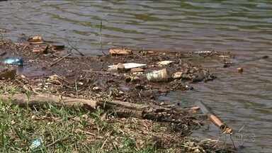 Muito lixo no lago Aratimbó em Umuarama - Preocupados com a situação um casal decidiu colocar a mão na massa e recolher o lixo que estava acumulado em volta do lago.