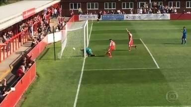 Que frango! Goleiro da 10ª divisão do futebol inglês falha feio e leva gol - Que frango! Goleiro da 10ª divisão do futebol inglês falha feio e leva gol