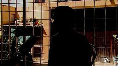 Homens roubam carro e fazem família refém em Caruaru - Polícia Civil informou que câmeras de segurança da rua podem ter registrado o momento do crime e serão utilizadas na investigação.