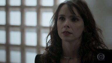 Irene procura Caio para falar sobre Solange Lima - Vilã diz que pode ter informações sobre falsa arquiteta