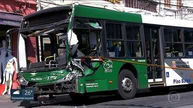 Semáforo apagado provoca batida no centro de SP - O acidente foi entre um caminhão e um ônibus. Seis pessoas ficaram feridas.