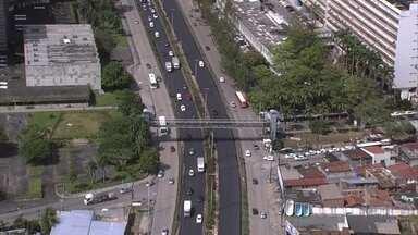 Pista da BR-101 próximo ao Hospital das Clínicas ganha novo asfalto - Buracos vinham gerando engarrafamentos constantes no local.