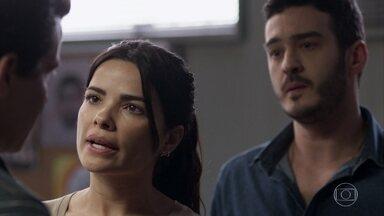 Antônia exige que Domênico participe de sua conversa com Júlio - Júlio diz à inspetora que sua casa foi invadida e pede ajuda