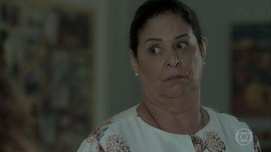 Zu comenta com Ritinha que Jeiza está com Caio na casa de Silvana - Ela afirma que o noivado da policial com Zeca acabou