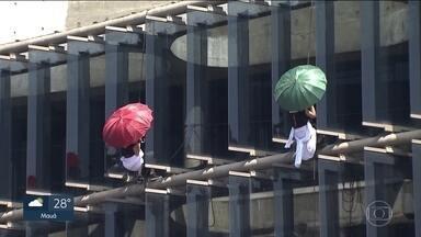 Espetáculo de dança fará público de SP olhar para o alto - Oito bailarinas se apresentam suspensos a 20 metros de altura.