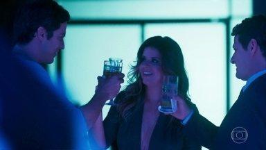 Eric e Malagueta admiram Maria Pia dançando - Maria Pia sensualiza à beira da piscina do Carioca Palace