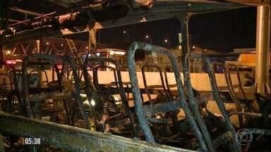 RJ registra prejuízo de R$ 55 milhões no ano com ataques de vândalos - Vários ônibus foram depredados e a Avenida Brasil ficou interditada durante parte da noite do domingo (10) no último ataque registrado no Rio Janeiro.