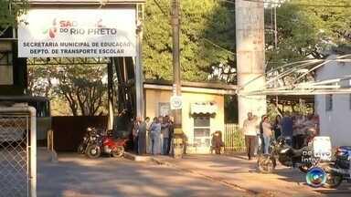 Motoristas do transporte escolar paralisam atividades pela segunda vez em Rio Preto - Motoristas do transporte público escolar de São José do Rio Preto (SP) estão realizando, nesta segunda-feira (11), uma paralisação. Essa é a segunda vez que os motoristas estão parados em frente à garagem onde ficam os ônibus e mais de 3 mil alunos da rede pública da cidade não têm como irem até a escola.