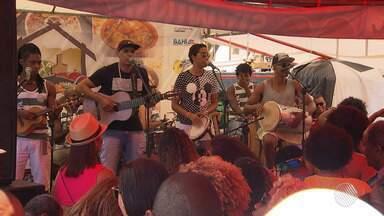 'Samba na Feira' reúne os fãs do gênero musical na Feira de São Joaquim - O evento também comemorou o aniversário do sambista Nelson Rufino; confira.