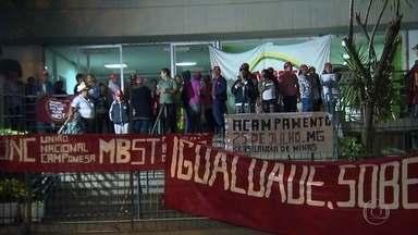 Grupo se manifesta em frente à sede do Incra, em Belo Horizonte - Eles reivindicam uma solução para a invasão das fazendas Brejão e Tapera, que ficam no município de Brasilândia de Minas.