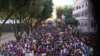 Milhares de pessoas participam da Parada do Orgulho LGBT em Salvador - Este ano a festa trouxe o combate à homofobia como tema; veja como foi o evento.