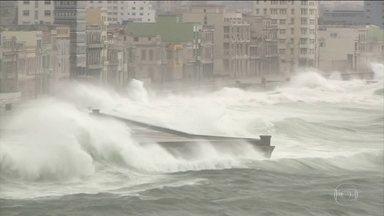 Furacão Irma deixa 4 mortos na Flórida e ainda ameaça - O furacão foi rebaixado à categoria 1, mas as autoridades alertam que ele ainda é muito perigoso e pode causar outras mortes e destruição.