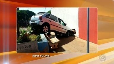 Carro invade praça, sobe em bancos e para em cima de canteiro em Ibitinga - Um carro foi parar em cima de um canteiro após a motorista perder o controle da direção e invadir uma praça, neste domingo (10), em Ibitinga (SP). Segundo os bombeiros, a vítima não ficou ferida.
