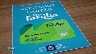 Famílias de baixa renda recebem ajuda financeira para comprar alimentos - Famílias de baixa renda recebem ajuda financeira para comprar alimentos.