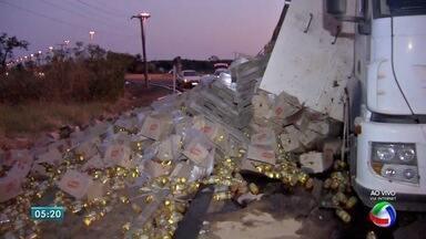 Carreta tomba e derruba 30 toneladas de alimentos no anel viário em Campo Grande - A carga ficou espalhada ao lado da pista e o trânsito não precisou ser interrompido. Um guincho da concessionária que administra a BR-163 foi acionado para retirar a carreta do local.