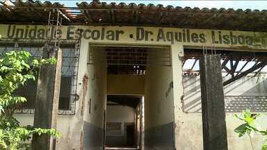 Prédio de escola em São Luís está abandonado há dez anos - Escola foi fechada para uma reforma e os alunos remanejados para outros bairros. Com o prédio fechado, vândalos aproveitam para levar portas e janelas, louças dos banheiros e até as telhas.