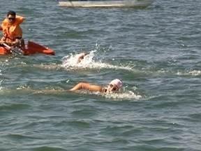 Nadadores participam de travessia do Rio Paraná - Prova foi disputada neste domingo (10).