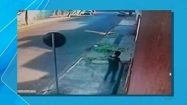 Câmeras de segurança registram tentativas de arrombamento em imóvel de Campo Grande - As imagens feitas pelas câmeras de segurança mostra que o mesmo suspeito tenta entrar na casa duas vezes em dias diferentes.