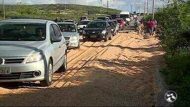 Caminhão carregado com milho tomba e atrapalha trânsito na BR-104 - Outros acidentes foram registrados na região.
