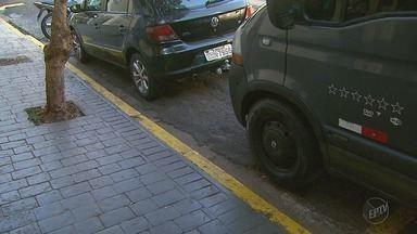 Moradores e comerciantes pintam as guias não rebaixadas da própria calçada - Atitude confunde motoristas na hora de estacionar o carro e o autor pode ser punido.
