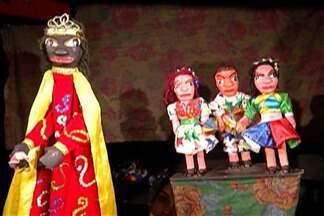 Projeto leva peças teatrais para escolas do Alto Tietê - Peças são apresentadas para crianças em ônibus, em frente às escolas.