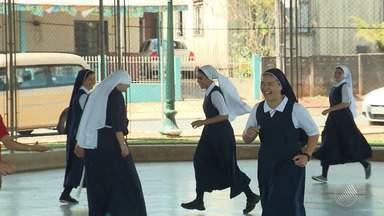 GE traz reportagens especiais sobre futebol de freiras e de vovôs - Veja na chamada do esporte no Bahia Meio Dia.