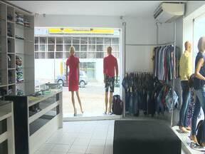 Imagens mostram bandido roubando loja de roupas no Centro de Campina Grande - As câmeras de monitoramento registraram a ação, que durou menos de um minuto.