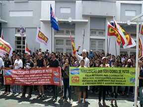 Servidores públicos fazem manifestação em Patos, PB - Ato foi realizado na manhã desta quarta-feira com uma caminhada pelas ruas da cidade até a prefeitura pra cobrar aumento salarial.