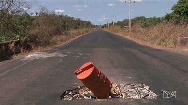 Buraco no meio de ponte no MA põe em risco a vida de quem passa pelo local - Buraco no meio da ponte da MA-034, no trecho que passa por Caxias, põe em risco a vida de quem trafega pela rodovia.