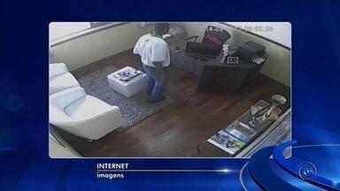 Câmeras de segurança registram furto a imobiliária em Itapetininga - Câmeras de segurança registraram o momento em que um homem invade e furta objetos de uma imobiliária na área central de Itapetininga (SP), nesta quinta-feira (14).