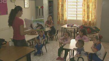 Crianças têm aulas em igreja após infestação de escorpiões em escola de Araras, SP - Ao todo, 233 crianças com idades de 3 a 6 anos foram transferidas.